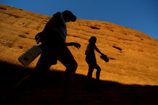 Turistas à sombra dos monólitos rochosos conhecidos como Olgas (os aborígenes chamam-lhes Kata Tjuta e consideram-nos sagrados), a 340km de Alice Springs