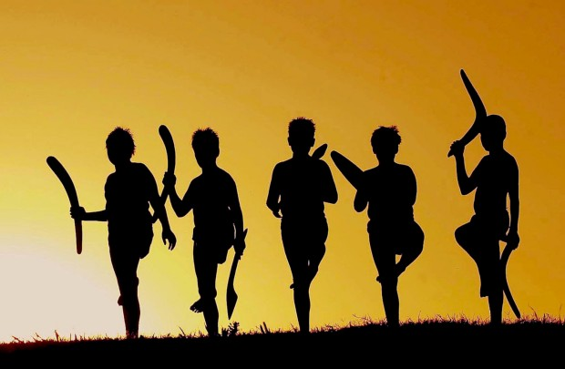 Um jovem grupo de dança aborígene, os Red Bundaars, em Gunnedah, Nova Gales do Sul, a 600km de Sydney
