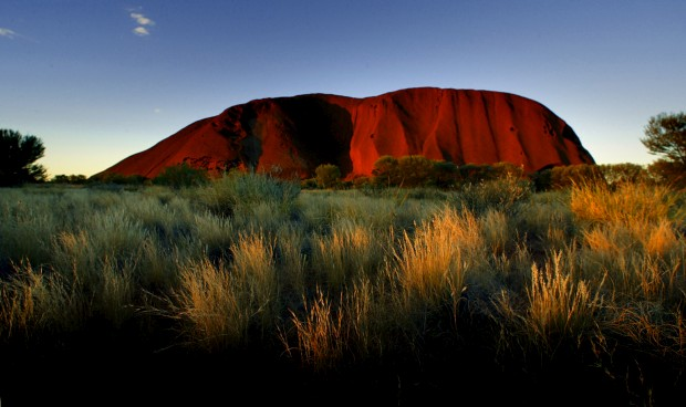 Pôr-do-sol sobre o monólito Uluru