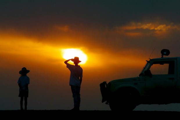 A aguçar o olhar, enquanto o sol cai, em busca do paradeiro do rebanho de ovelhas