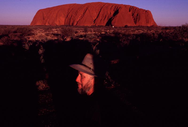 Com o olhar no Uluru