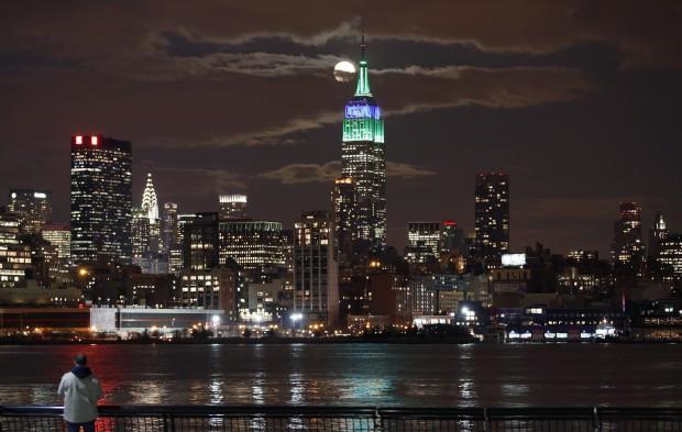 EUA, 25.02.2013. Lua cheia sobre o Empire State Building