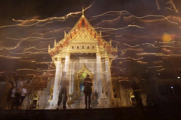 TAILÂNDIA; 25.02.2013. Budistas em procissão de velas em redor do Wat Benjamabophit, o Templo de Mármore, no Dia Makha Bucha (que homenageia Buda e os seus ensinamentos)
