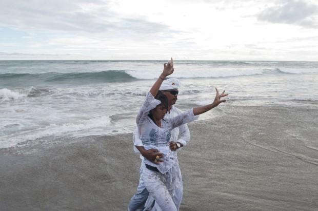 INDONÉSIA, 9.03.2013. Uma mulher em transe durante uma cerimónia religiosa (Melasti, um ritual de purificação) na praia de Batu Bolong, em Bali