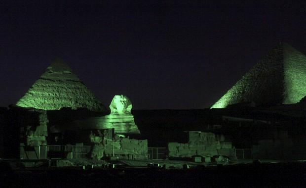 EGIPTO, 14.03.2013. Pirâmides e Esfinge em verde: tudo por causa de um plano de marketing do Turismo da Irlanda para promover St. Patrick's Day (o dia de São Patrício em português, o dia nacional da Irlanda)