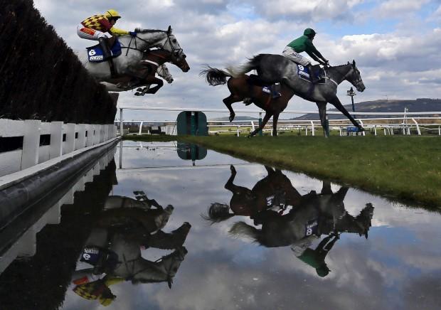 REINO UNIDO, 14.03.2013. Um momento durante a corrida Novices' Steeple Chase no Cheltenham Festival, em Gloucestershire