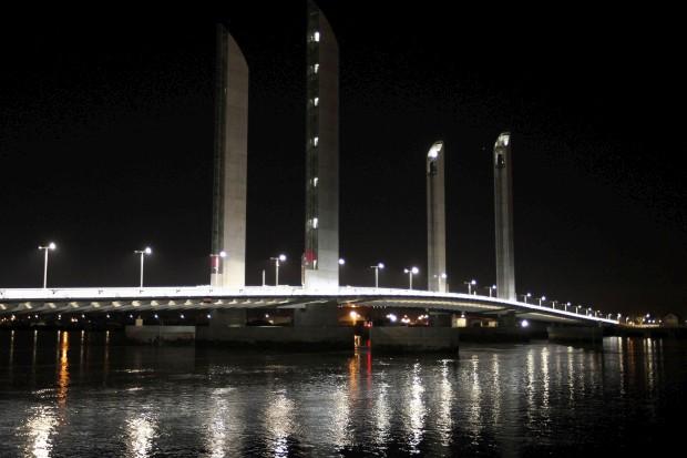 FRANÇA, 15.03.2013. A nova ponte de Bordéus, sobre o rio Garonne (Pont Jacques Chaban Delmas)