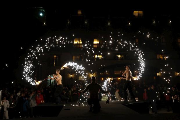 LÍBANO, 16.03.2013. Perfomances com fogos num festival anual em Mzaar, no Monte Líbano, que põe fim à época de esqui