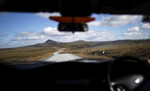 MALVINAS, 16.03.2013. A estrada para Mount Pleasant vista de um veículo perto de Stanley