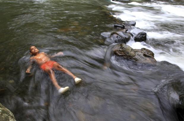 COLÔMBIA, 20.03.2013. Um banho no rio Pance, perto de Cali,