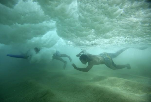 EUA, 20.03.2013. Mergulho sob a onda  em Oahu, Havai