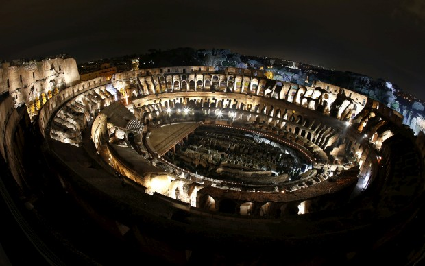 ITÁLIA, 29.03.2013. O Coliseu de Roma em noite de Via Crucis, procissão que reconstrói os passos de Cristo rumo à cruz.