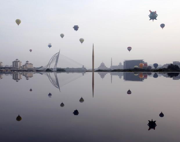 MALÁSIA, 29.03.2013. Balões de ar quente no festival internacional de balões de Putrajaya, capital da Malásia