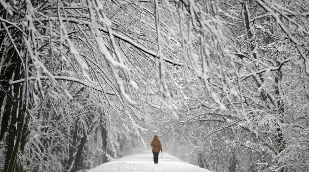 POLÓNIA, 1.4.2013. A caminhar pelo parque Mlociny depois de um nevão. Em Varsóvia