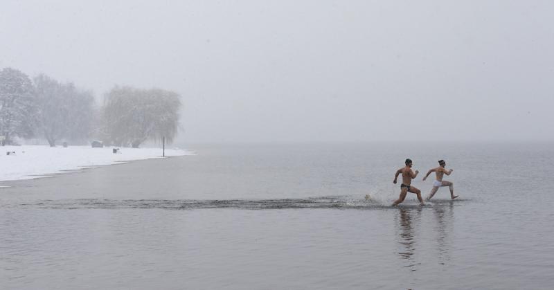 ALEMANHA, 29.03.2013. A temporada de mergulhos abriu no lido  Strandbad Wannsee, Berlim: a abertura fez-se com temperaturas de 3/4ºC...