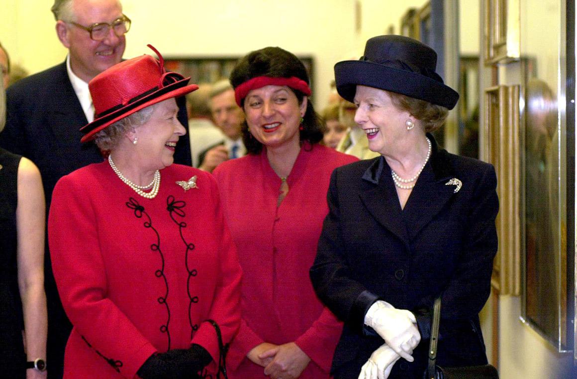 Com rainha Isabel II, em 2000, na inauguração de uma nova sala da National Portrait Gallery