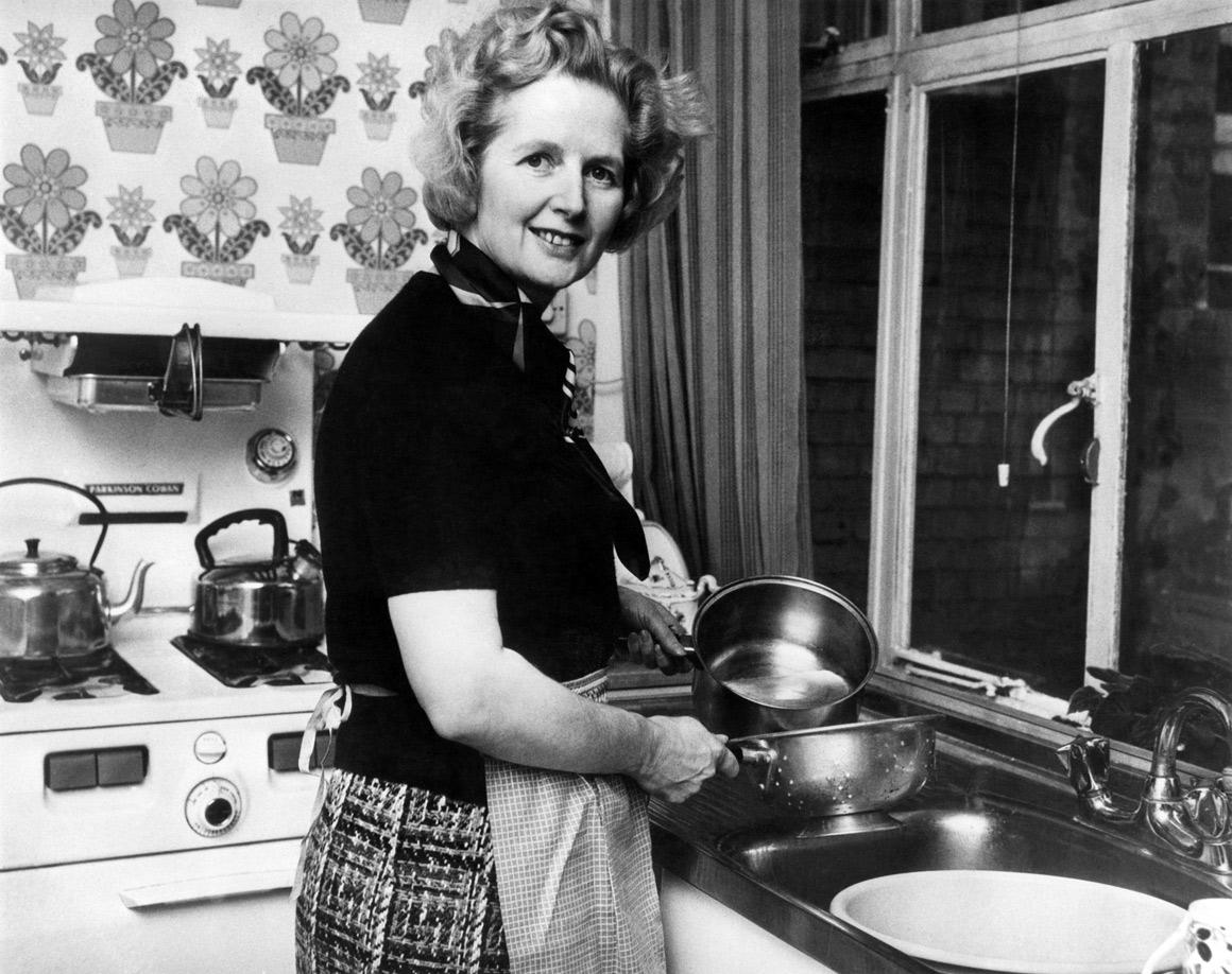 São raras as imagens de Margaret Thatcher fora do seu habitat político. Aqui já era líder do Partido Conservador