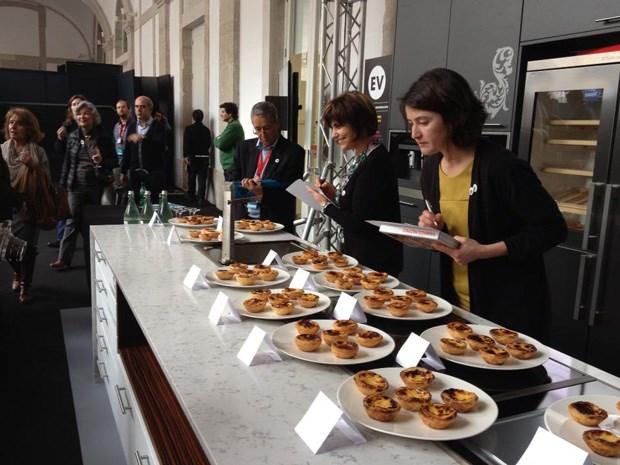 O júri durante a avaliação dos 12 pastéis a concurso
