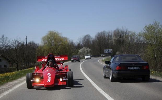 BÓSNIA HERZEGOVINA, 16.04.2013. Miso Kuzmanovic guia o seu carro de Fórmula 1, feito pelo próprio. Levou dois anos e custou-lhe 25 mil euros. Tem motor Porsche.