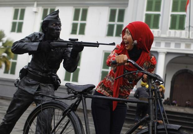 INDONÉSIA 11.04.2013. Um artista de rua muito realista. No parque do museu Fatahilah em Jacarta