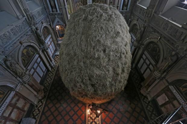 IRLANDA, 1.05.2013. O escultor irlandês Patrick O'Reilly posa com a sua mais recente peça, 'Haystack' (meda de feno). O local é o seu... estúdio: um mosteiro desconsagrado, St. Alphonsus (Dublin)
