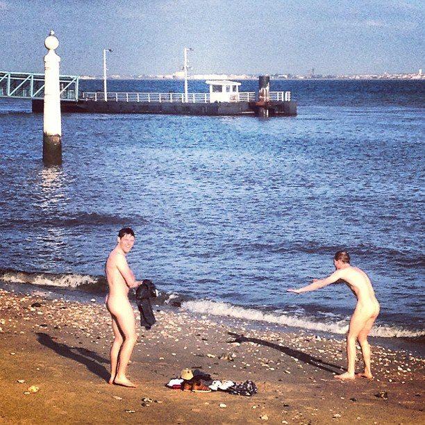 Lisboa, a 9.05.2013. Dois visitantes decidem-se por um Cais das Colunas a nu após porem à prova as águas do Tejo (nada aconselháveis a banhos...). Foto de Tiago Bartolomeu Costa