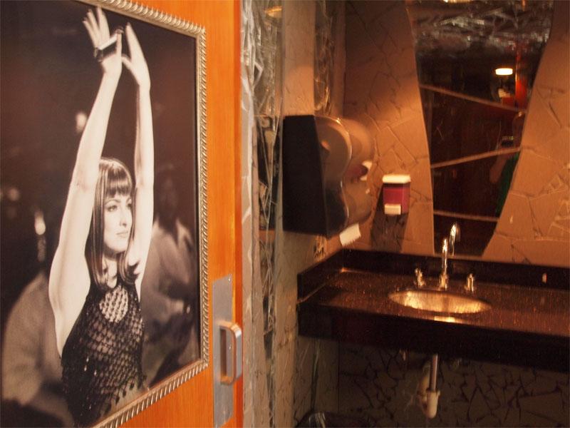Miami, em Abril: Gloria Estefan, diva latino-americana, em saudação: a foto está na porta da casa-de-banho dos homens do restaurante do Hotel Cardozo, hotel que pertence à cantora e ao seu marido. Foto de Luís J. Santos