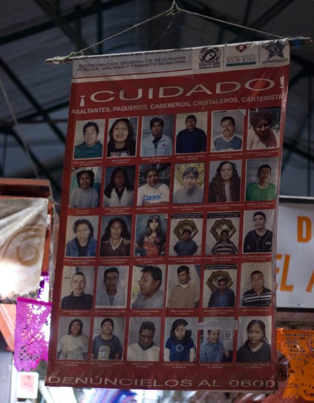 México: Num mercado mexicano, informa-se a clientela dos assaltantes, carteiristas e etc. conhecidos... (