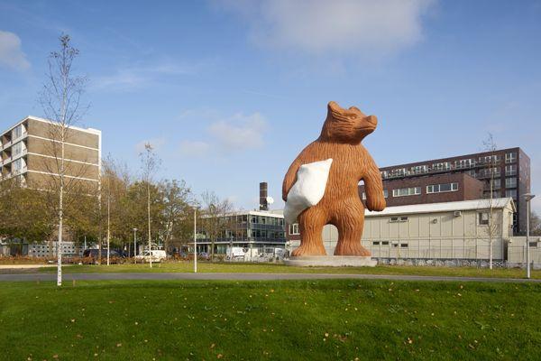 Outras obras de Hofman: Um urso de 11m com uma almofada debaixo do braço em Amesterdão