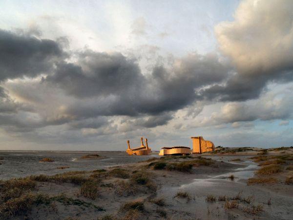 Outras obras de Hofman: Três grandes pianos em madeira, jogados na costa holandesa como náufragos