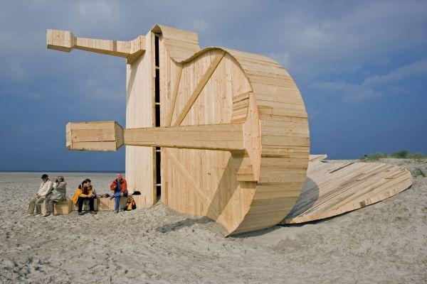 Outras obras de Hofman: Um dos três grandes pianos em madeira, jogados na costa holandesa como náufragos
