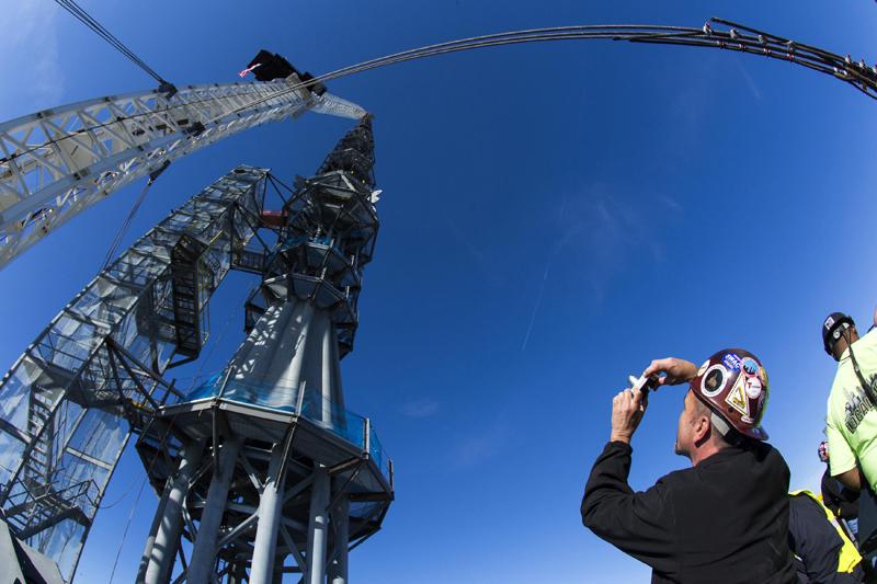 EUA, 10.05.2013. Um trabalhador fotografa a grua no momento em que coloca a peça final no topo do One World Trade Center em Nova Iorque.