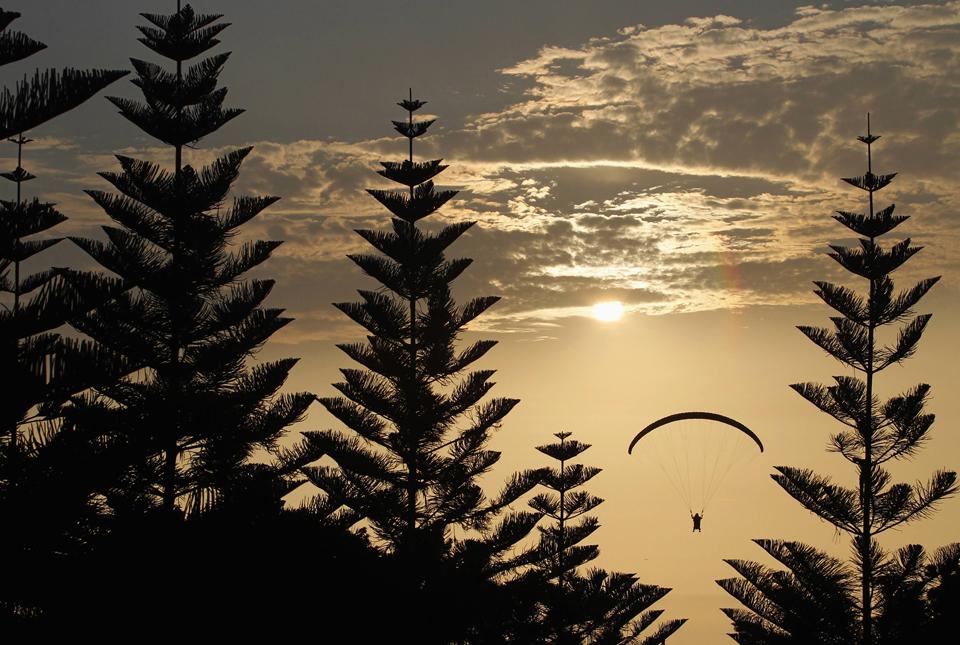 PERU, 9.5.2013. Parapente perto de floresta junto ao mar, perto de Miraflores, Lima.