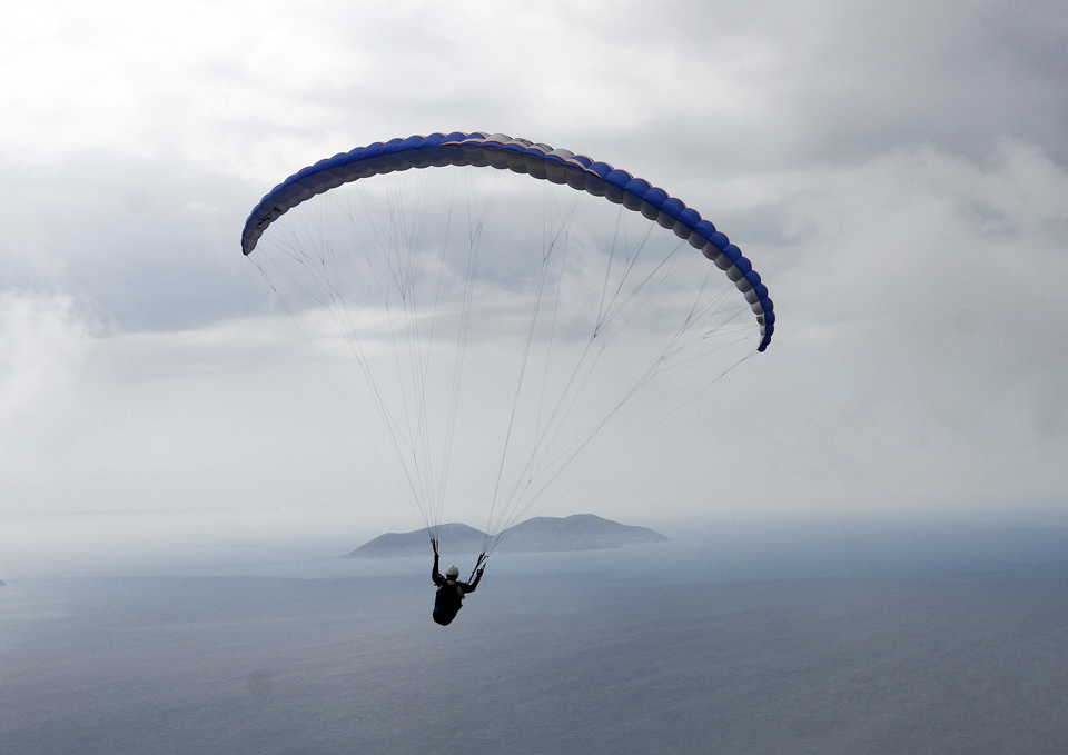 ALBÂNIA, 9.5.2013. Parapente sobre Vlore, a 150km de Tirana