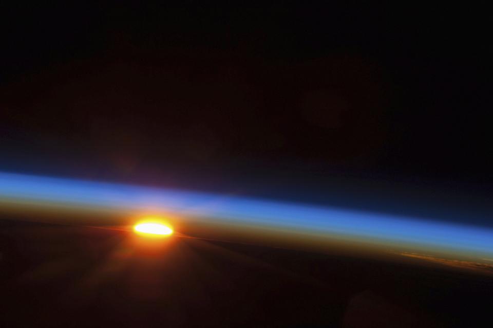 UNIVERSO, 5.5.2013. O sol está prestes a surgir sobre o Oceano Pacífico. Imagem captada por um membro da Expedition 35 na Estação Espacial Internacional .