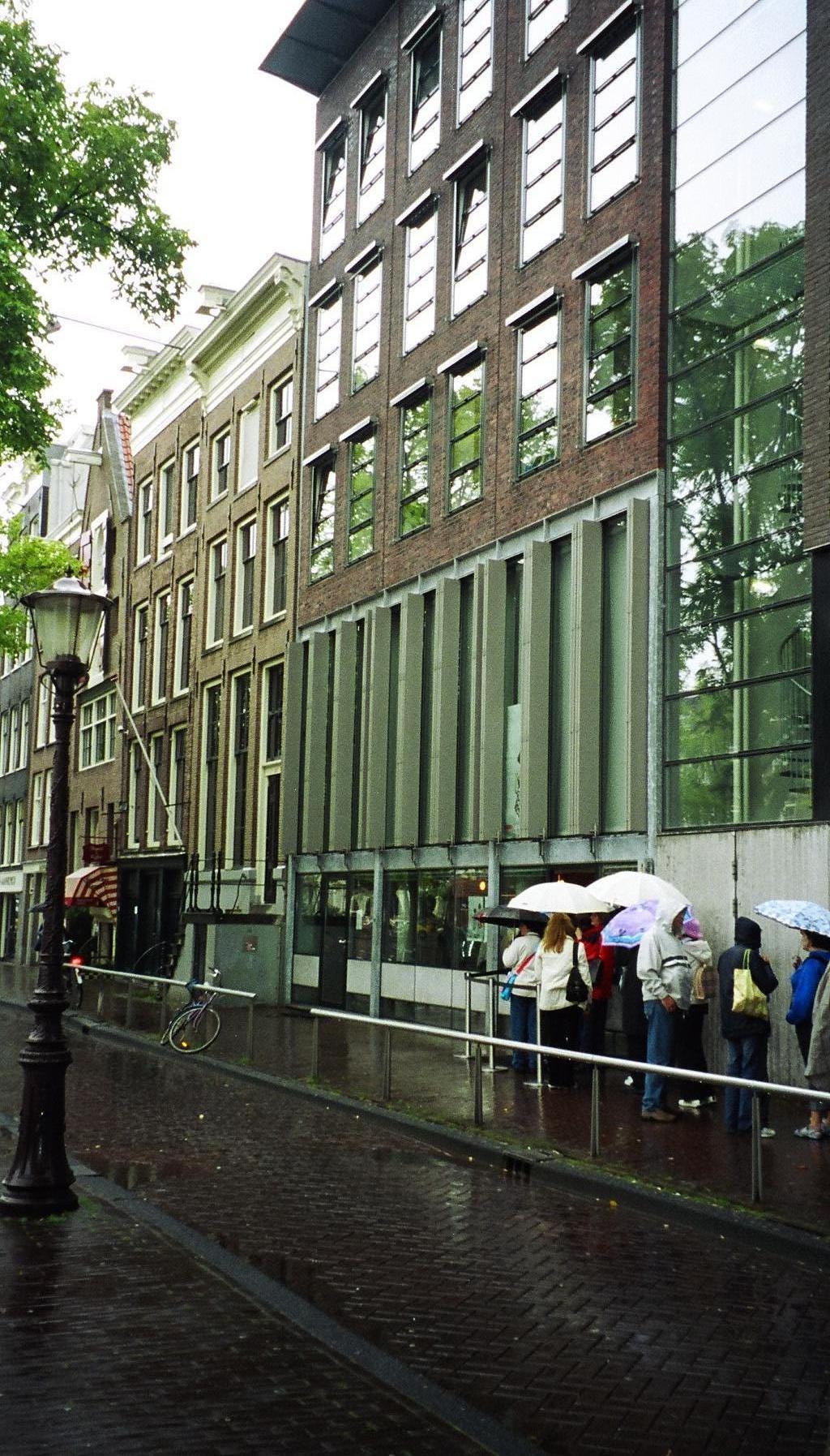 À porta da casa de Anne Frank