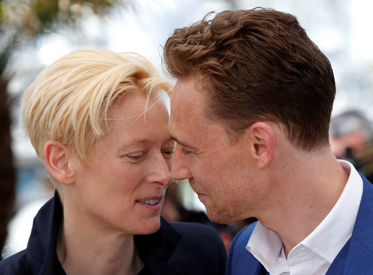 Sente-se um clima entre Tilda Swinton e Tom Hiddleston que contracenaram juntos no filme Lovers Left Behind