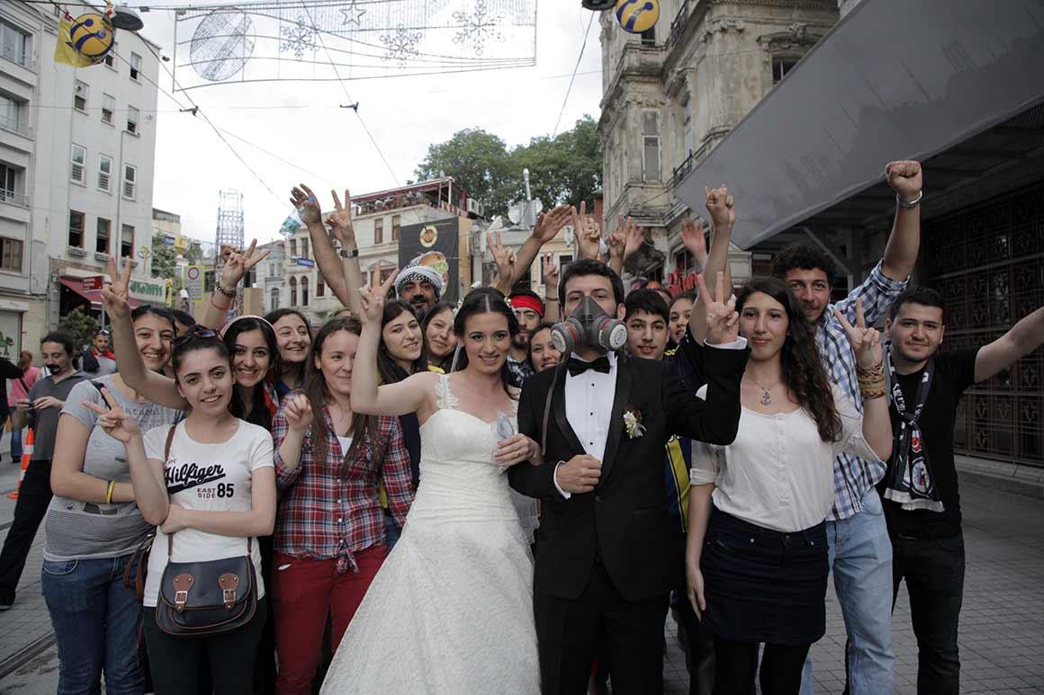 No meio da confusão instalada na praça Taksim, um casal escolheu o local para celebrar o casamento, vestindo-se a rigor para a cerimónia e para o protesto