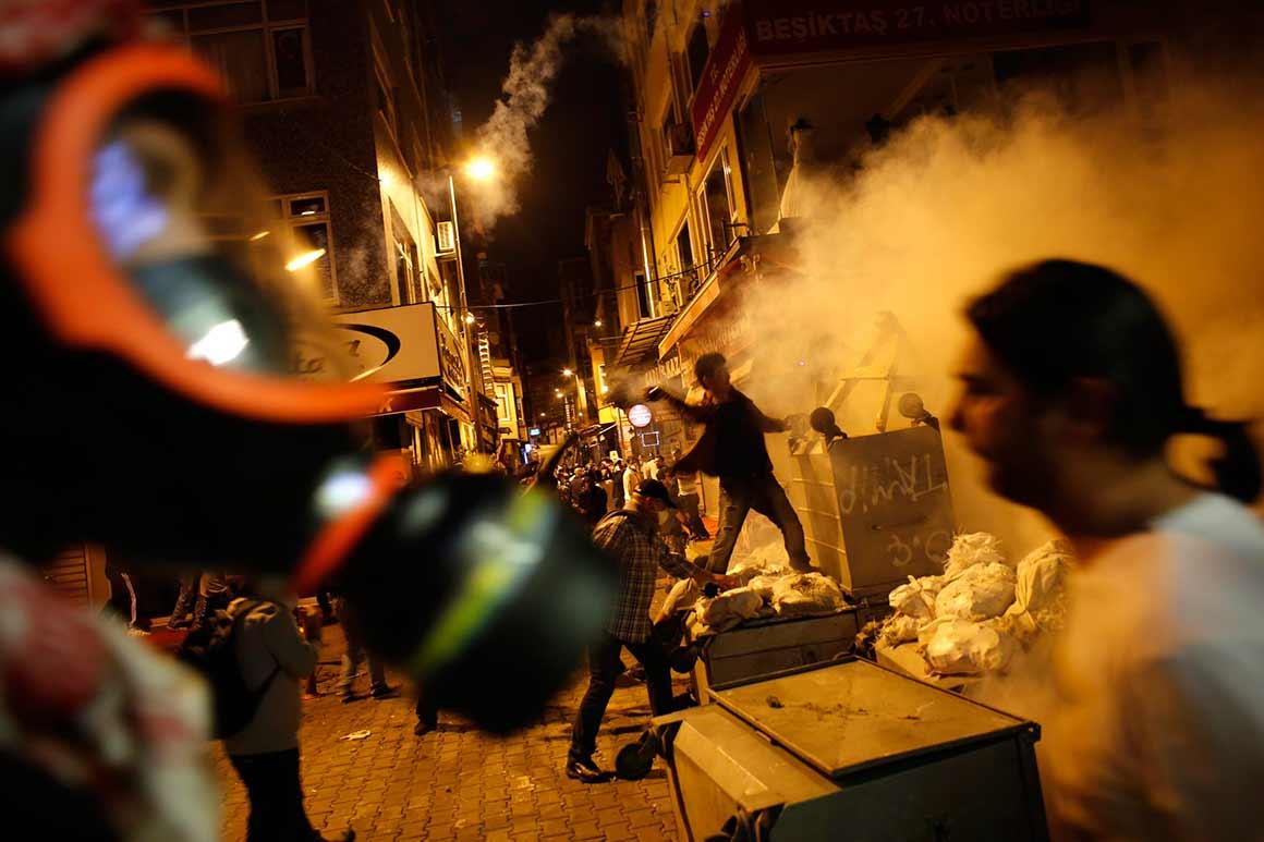 """O primeiro-ministro culpa as redes sociais por galvanizarem uma """"franja extremista"""" da sociedade turca"""