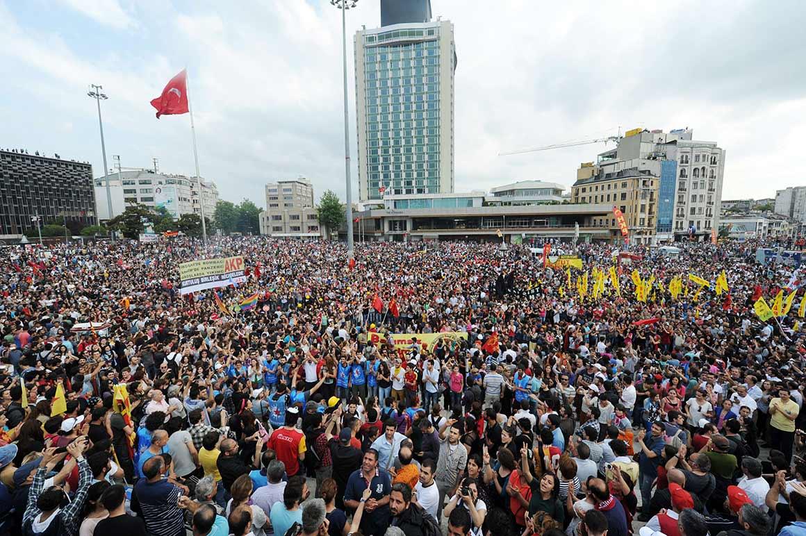 A Praça Taksim, no centro de Istambul, está por norma cheia de turistas. Por estes dias é palco de confrontos entre polícia e manifestantes