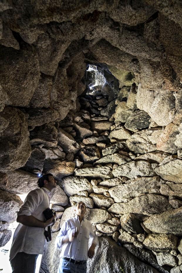 Interior de abrigo de pastor com cobertura em falsa cúpula (