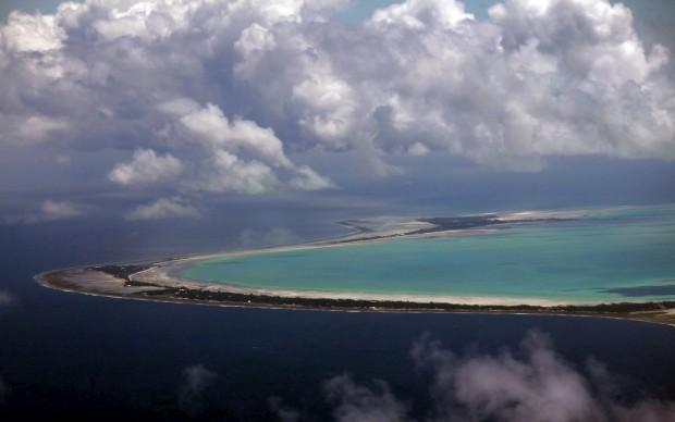 Tarawa Norte e Sul (a capital, onde vive metade da população da nação) vistas do céu