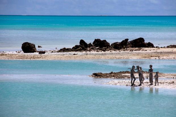 Brincadeiras com lama dos recifes perto de Ambo, Tarawa do Sul