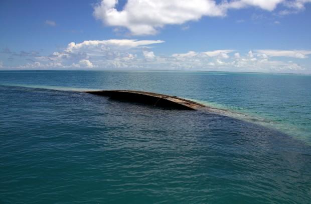 Restos de um navio naufragado perto da ilhota de Bikeman (Tarawa do Sul)