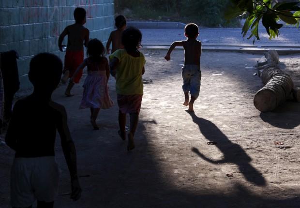 Uma corrida por Betio, aldeia de Tarawa do Sul