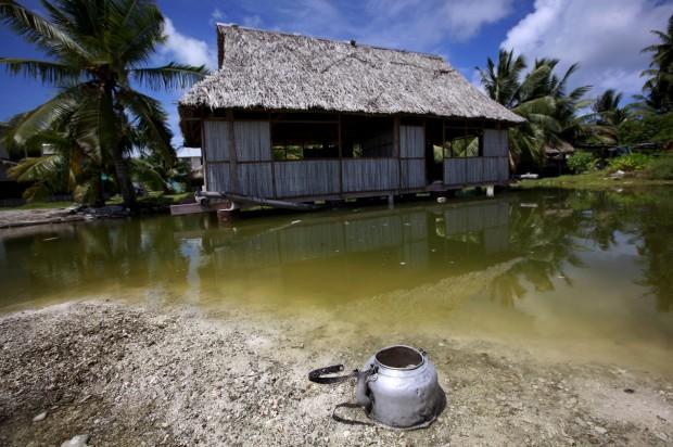 Uma casa abandonada numa área afectada pela subida das águas do mar. Em Tangintebu