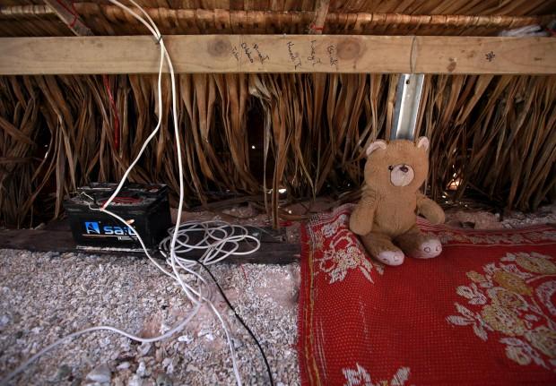 Um ursinho de peluche ao lado de uma bateria solar na ilhota de Bikeman