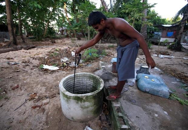 A tirar água de um poço, perto da aldeia de Betio