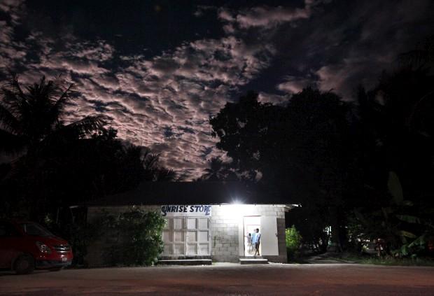 Lua cheia sobre a Sunrise Store (literalmente: loja do nascer do sol). Em Ambo