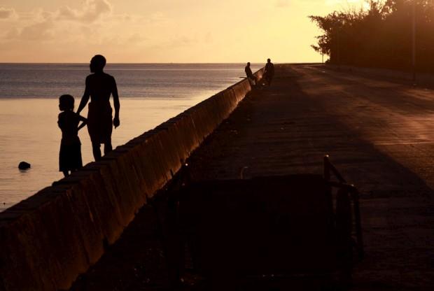 Uma passagem que liga atóis na Tarawa do Sul